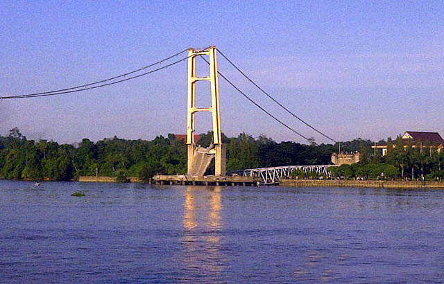 Jembatan Sungai Mahakam Roboh