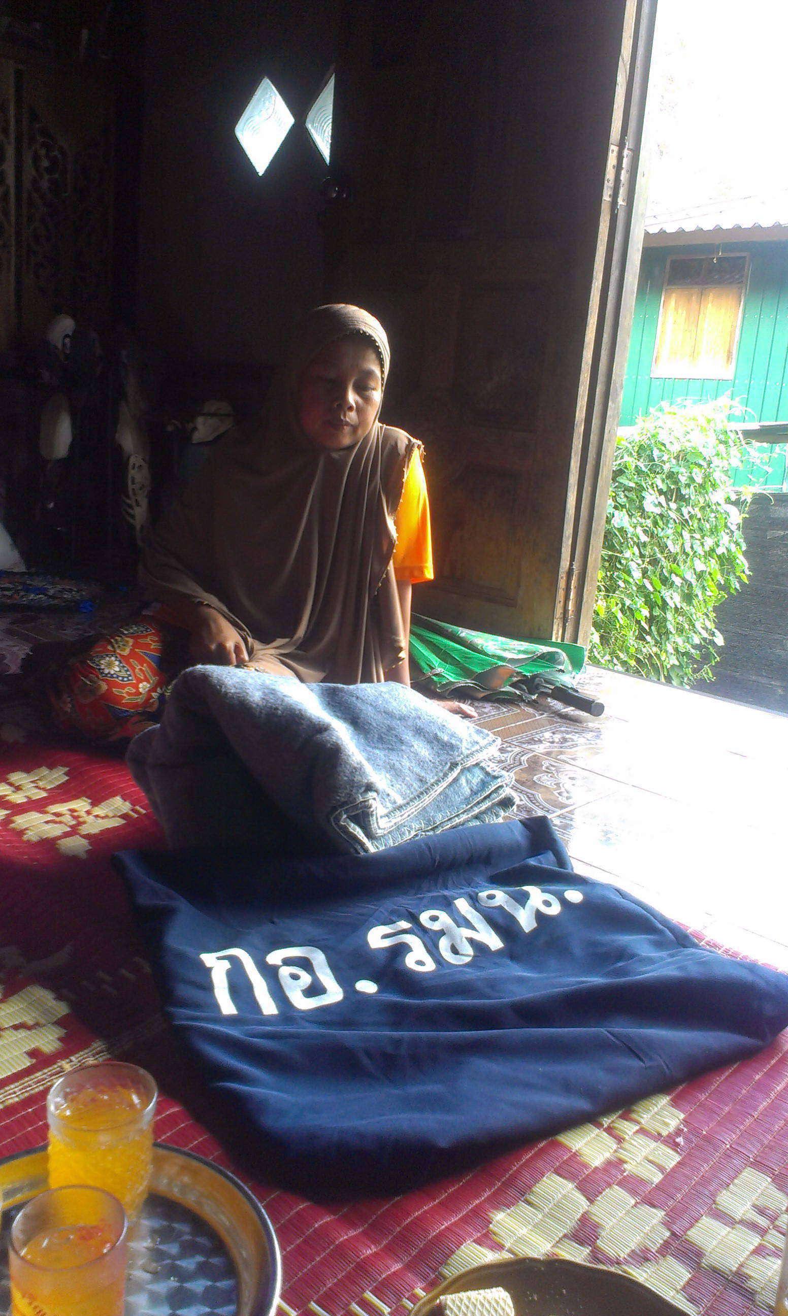 ญาติของผู้เสียชีวิตจากเหตุวิสามัญห้าศพในอ.กรงปินัง จ.ยะลาได้รับถุงยังชีพจาก กอ.รมน.