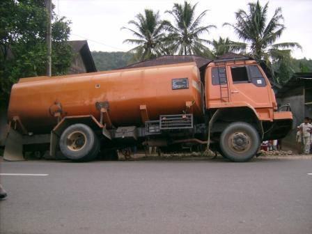 6558911c221a2754b88cc10eb8c49e949e1e654 Mobil Fuso Terjerumus di Parit Jalan Mandailing Dekat Simpang Salambue